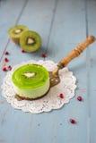 Soufflé de dessert avec le kiwi sur un fond en bois Photos libres de droits