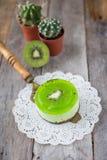 Soufflé de dessert avec le kiwi sur un fond en bois Image stock