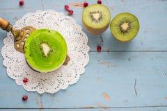 Soufflé de dessert avec le kiwi sur un fond en bois bleu Image libre de droits