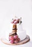 Souffle κέικ περικοπών σε ένα άσπρο υπόβαθρο στοκ εικόνες