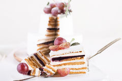 Souffle κέικ περικοπών σε ένα άσπρο υπόβαθρο στοκ φωτογραφίες με δικαίωμα ελεύθερης χρήσης