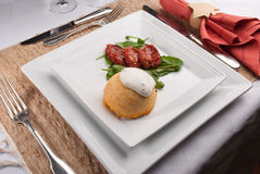Souffle καρότων με την ξινή κρέμα με το ciboulette και τη σαλάτα Στοκ εικόνα με δικαίωμα ελεύθερης χρήσης