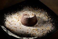 Souffle σοκολάτας σπίτι, που ψήνεται στο φούρνο από το ποιοτικό κακάο ύψους και που διακοσμείται σε ένα πιάτο έτοιμο να εξυπηρετη στοκ εικόνες