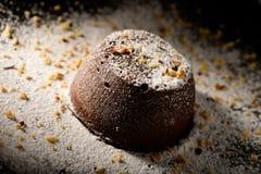 Souffle σοκολάτας σπίτι, που ψήνεται στο φούρνο από το ποιοτικό κακάο ύψους και που διακοσμείται σε ένα πιάτο έτοιμο να εξυπηρετη στοκ εικόνες με δικαίωμα ελεύθερης χρήσης