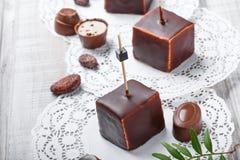 Souffle σοκολάτας επιδόρπιο καραμελών με τα φασόλια πραλίνας και κακάου σοκολάτας στο ξύλινο υπόβαθρο Στοκ Εικόνα