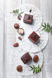 Souffle σοκολάτας επιδόρπιο καραμελών με τα φασόλια πραλίνας και κακάου σοκολάτας στο ξύλινο υπόβαθρο Στοκ Φωτογραφία
