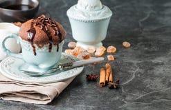 Souffle σοκολάτας με τη σοκολάτα Στοκ εικόνα με δικαίωμα ελεύθερης χρήσης
