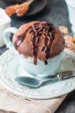 Souffle σοκολάτας με τη σοκολάτα Στοκ φωτογραφία με δικαίωμα ελεύθερης χρήσης