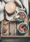 Souffle σοκολάτας στα φλυτζάνια ψησίματος και καφές mocha στο γυαλί Στοκ Εικόνες