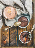 Souffle σοκολάτας στα φλυτζάνια ψησίματος και τον καφέ mocha, διάστημα αντιγράφων Στοκ εικόνες με δικαίωμα ελεύθερης χρήσης