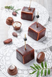 Souffle σοκολάτας το επιδόρπιο καραμελών με τα φασόλια πραλίνας και κακάου σοκολάτας στο ξύλινο υπόβαθρο κλείνει επάνω Τοπ όψη Στοκ φωτογραφία με δικαίωμα ελεύθερης χρήσης