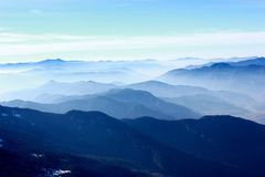 souffle adoptant la position des montagnes images stock