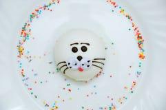 Souffle cupcake υπό μορφή σφραγίδας γουνών στο άσπρο πιάτο Κινηματογράφηση σε πρώτο πλάνο στοκ εικόνα με δικαίωμα ελεύθερης χρήσης