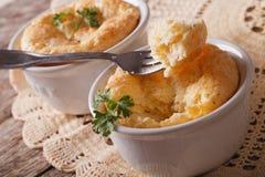 Souffle de queijo delicioso no close-up branco do ramekin horizontal foto de stock royalty free