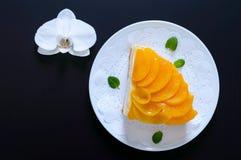 Souffle delicado com pêssegos suculentos Um grande pedaço de bolo delicioso em uma placa branca Imagens de Stock Royalty Free