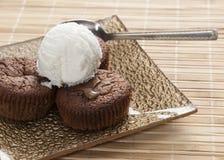 Souffle do chocolate e gelado de baunilha na tabela, Fotografia de Stock Royalty Free