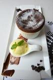Souffle för varm choklad med vaniljglass Royaltyfri Foto