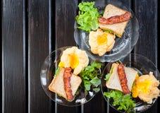Souffle jajka, bekony i kanapki w Amerykańskim śniadaniu na, fotografia stock