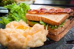 Souffle jajka, bekony i kanapki w Amerykańskim śniadaniu na, fotografia royalty free