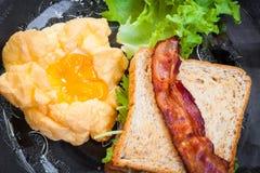Souffle jajka, bekony i kanapki w Amerykańskim śniadaniu na, obraz royalty free