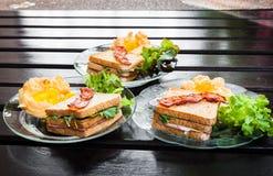 Souffle jajka, bekony i kanapki w Amerykańskim śniadaniu na, zdjęcie royalty free