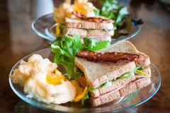 Souffle jajka, bekony i kanapki w Amerykańskim śniadaniu na, obrazy royalty free