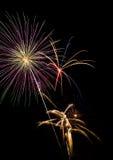 Souffles de feux d'artifice sur le ciel noir image stock