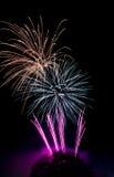 Souffles de feux d'artifice sur le ciel noir photographie stock libre de droits