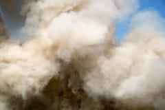 Souffles de fumée pelucheux images stock