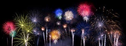 Souffles multiples de feu d'artifice contre le ciel nocturne photographie stock