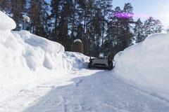 Souffleuse de neige au travail un jour d'hiver Chasse-neige enlevant la neige après tempête de neige Dégagement de la glace Machi photo libre de droits