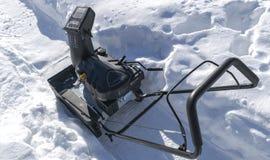 Souffleuse de neige au travail un jour d'hiver Chasse-neige enlevant la neige après tempête de neige Dégagement de la glace Machi image libre de droits