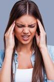 Souffrance du mal de tête photo stock