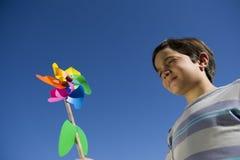 Souflant-Kind auf einer Windfarbe lizenzfreies stockfoto