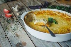 Soufle cocido del calabacín y del queso con ajo e hierbas imagenes de archivo