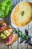 Soufle cozido do abobrinha e do queijo com bruschetta e as ervas italianos imagem de stock royalty free