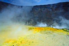 Soufre jaune sur le volcan Photographie stock