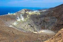 Soufrez la vapeur sur le cratère photos stock