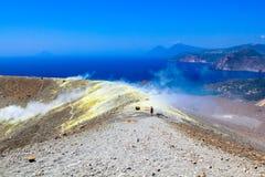 Soufrez la vapeur sur le cratère photos libres de droits