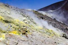 Soufrez la vapeur sur le cratère image libre de droits