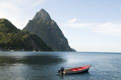 Soufriere St Lucia Fischerboot der Pitonspitzen Lizenzfreie Stockfotos