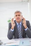 Souhait de l'homme d'affaires croisant ses doigts photos libres de droits