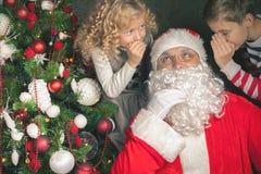 Souhait 2016 de Noël ! Santa Claus et petits enfants disant des souhaits photo stock