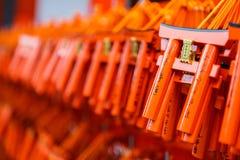 Souhait des étiquettes en bois accrochant dans le tombeau de Shinto de Japonais Photographie stock libre de droits