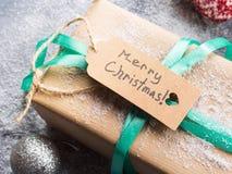 Souhait du fond de Joyeux Noël avec le cadeau Images stock
