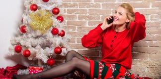Souhaitant à chacun le Joyeux Noël Noël de attente Salutation de message vocal Le smartphone gai de prise de femme apprécient mob photographie stock libre de droits