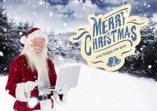 Souhaits de Joyeux Noël avec le père noël faisant des emplettes en ligne Image stock