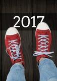 2017 souhaits de nouvelle année avec l'adolescent utilisant les espadrilles rouges Photographie stock