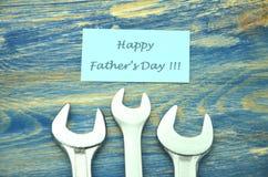 Souhaits heureux et clés de jour de pères Images stock