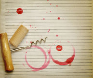 Souillures de liège, de tire-bouchon et de vin rouge de vin Photographie stock